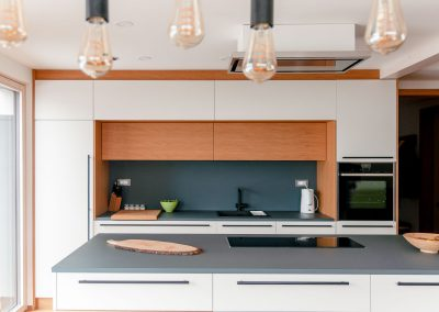 kuhinja po meri lesena bela masivni materiali